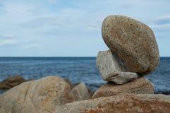 Steinbalance durch das Meer Stockbild