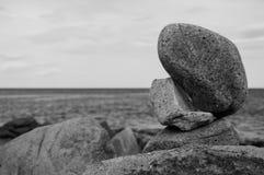 Steinbalance durch die Meerbn Stockbild