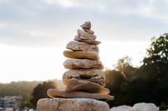 Steinbalance und -sonnenaufgang Stockbild