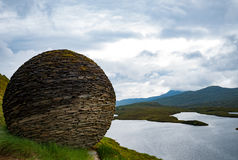 Steinball über Loch Stockbild