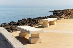 Steinbank, die das Meer übersieht Stockfoto