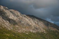 Steinberge und blauer Himmel mit Wolken Stockfotografie