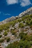 Steinberge und blauer Himmel mit Wolken Lizenzfreies Stockbild