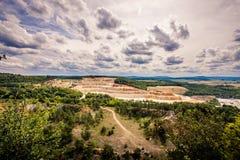 Steinbergwerk zwischen Wäldern Lizenzfreie Stockbilder