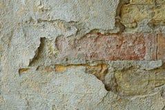 Steinbeschaffenheit des grauen Gipses und der Ziegelsteine auf der Wand des Hauses Stockfoto