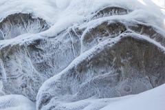 Steinbeschaffenheit im Schnee und im Eis Gebirgswand Schaukeln Sie Beschaffenheit Lizenzfreie Stockbilder
