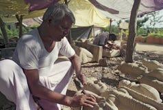 Steinbildhauer, der Idole von hindischen Göttern schnitzt lizenzfreie stockbilder