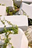 Steinblock mit Gras Stockfotos