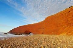 Steinbogen auf Seestrand Stockfoto