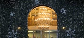 Steinbogen, hell Leuchter-beleuchtet Stockbilder