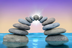 Steinbogen mit Sonne in dem Ozean Stockfotografie