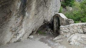 Steinbogen und großer Felsen Stockfoto
