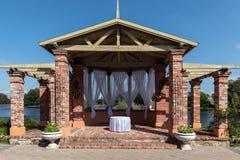 Steinbogen, verziert für Hochzeitszeremonie Stockfotos