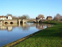 Steinbrücke über dem Fluss lizenzfreies stockbild