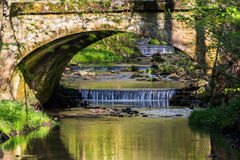 Steinbrücke über dem Fluss Lizenzfreie Stockbilder