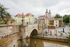 Steinbrücke über dem Fluss nahe den alten Stadtkirchen Stockbild