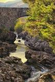Steinbrücke über dem Fluss Truim Stockfoto