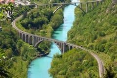 Steinbrücke über dem Soca Fluss Stockfotografie