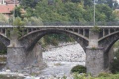 Steinbrücke über einem Fluss Lizenzfreies Stockfoto