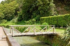 Steinbrücke über einem Fluss in Furnas stockfotos