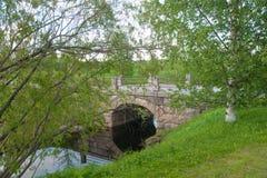 Steinbrücke über Fluss im Park im Sommer, Rovaniemi, Lappland-Region, Finnland Lizenzfreie Stockfotografie