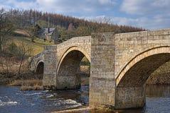 Steinbrücke über Fluss Wharfe Stockbild