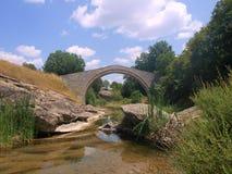Steinbrücke über Nebenfluss Lizenzfreie Stockbilder