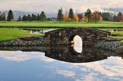 Steinbrücke über Nebenfluss auf Golfplatz Stockfotos