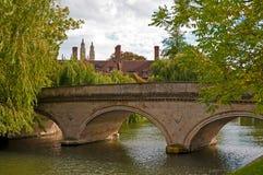 Steinbrücke über Nockenfluß Stockfotos