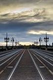 Steinbrücke an der Dämmerung Lizenzfreies Stockfoto