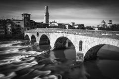 Steinbrücke, die berühmte alte Brücke in Verona Stockfotos