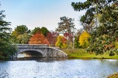 Steinbrücke, die Teich überspannt Stockfotos