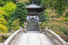Steinbrücke im Garten, der zum Chionin-Tempel in Kyo kreuzt lizenzfreie stockbilder