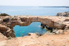 Steinbrücke im Park von Cavo Greco lizenzfreie stockbilder