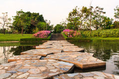 Steinbrücke im schönen Garten Stockfotos