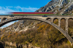 Steinbrücke mit Zug Lizenzfreies Stockfoto