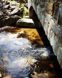Steinbrücke am Nebenfluss Lizenzfreies Stockfoto
