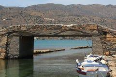 Steinbrücke und Fischerboote in Elounda, Kreta, Griechenland Stockbild