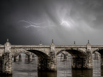 Steinbrücke und Gewitter Stockfoto