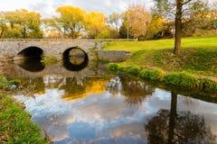 Steinbrücke und Herbstlandschaft lizenzfreie stockfotos
