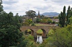 Steinbrücke und Kirche Stockbild