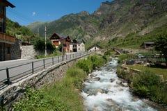 Steinbrücke und kleiner Fluss Lizenzfreies Stockfoto