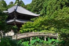 Steinbrücke und Tempel, Japan Stockfoto