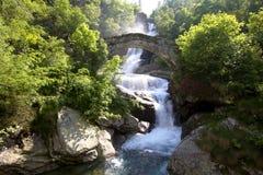 Steinbrücke und Wasserfall Stockfoto