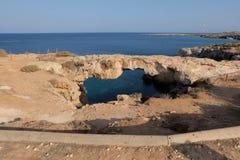 Steinbrücke von Liebhabern über dem Meer Schöner natürlicher Felsenbogen über dem Mittelmeer, Lizenzfreies Stockbild