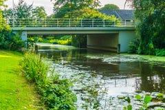 Steinbrücke, zum des Flusses in einer Wasserlandschaft vorbei zu kreuzen Lizenzfreie Stockbilder