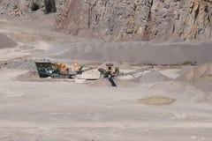 Steinbrecher in einem Tagebau Stockbild