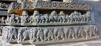 Steincarvings an Hoysaleswara-Tempel, Halebedu, Karnataka, Indien lizenzfreie stockfotografie