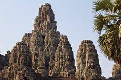 Steincarvings von Buddha stellt auf Bayon-Tempel bei historischem Angkor Wat gegenüber stockbilder