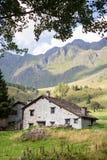 Steinchalets in einem kleinen mountaing Dorf Case di Viso - Ponte Lizenzfreie Stockbilder